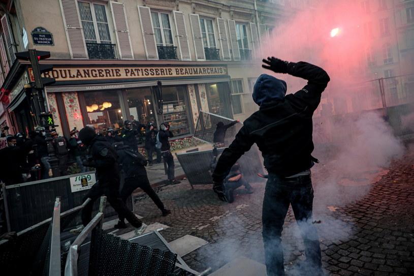 Starcia demonstrantów z policją w Paryżu /Christophe Petit-Tesson /PAP/EPA