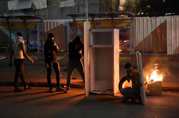 Starcia Palestyńczyków z izraelskim wojskiem w centrum miasta Hebron /ABED AL HASHLAMOUN    /PAP/EPA