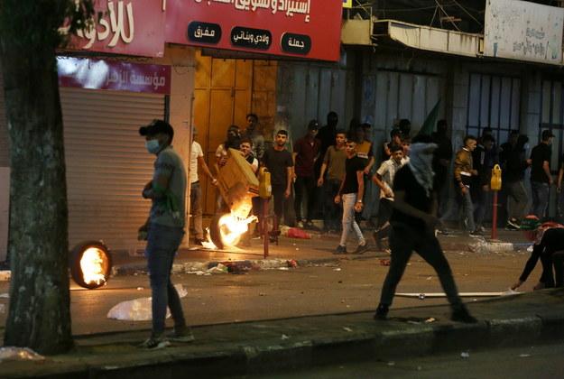 Starcia Palestyńczyków z izraelskimi siłami w centrum miasta Hebron na Zachodnim Brzegu /ABED AL HASHLAMOUN    /PAP/EPA