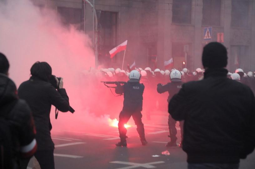 Starcia policji i uczestników Marszu Niepodległości na rondzie de Gaulle'a w Warszawie. /Wojciech Olkuśnik /PAP