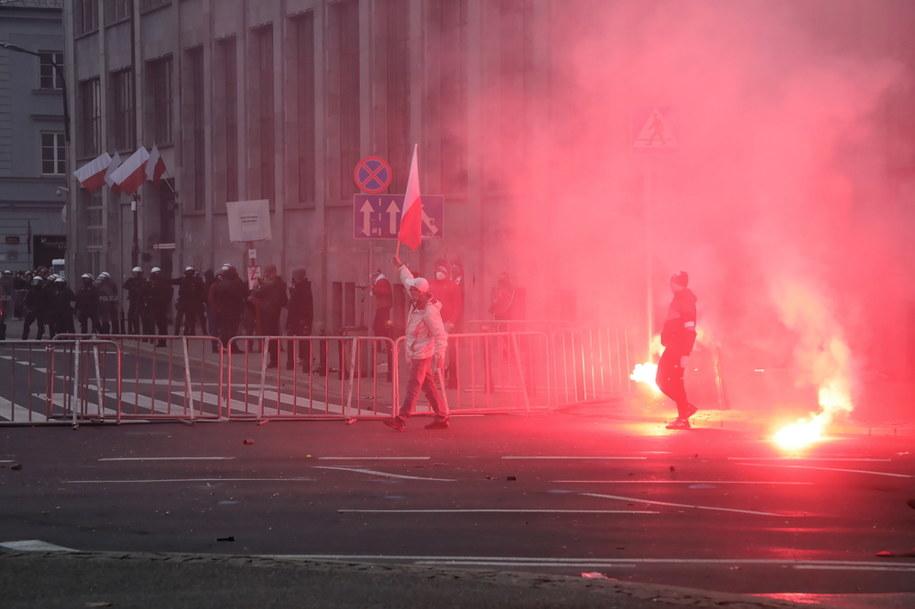 Starcia policji i uczestników Marszu Niepodległości na rondzie de Gaulle'a w Warszawie /Wojciech Olkuśnik /PAP