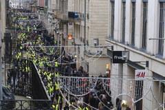 """Starcia policji z """"żółtymi kamizelkami"""" w samym sercu Francji"""