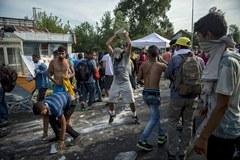 Starcia policji z uchodźcami na węgiersko-serbskim przejściu
