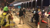 Starcia protestujących z policją na lotnisku w Hong Kongu