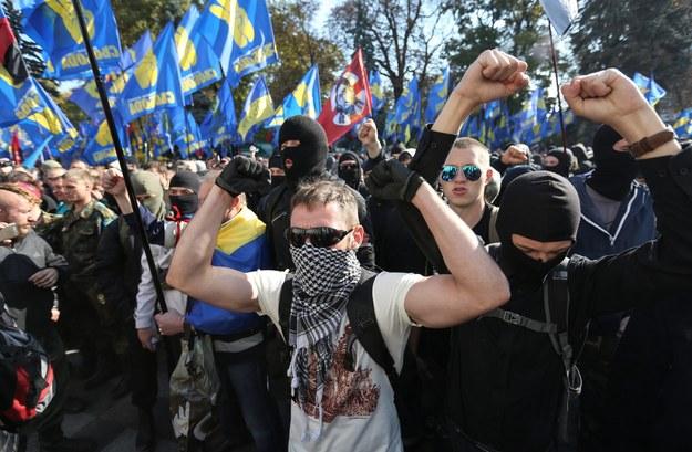 Starcia przed parlamentem w Kijowie podczas demonstracji na rzecz uznania Ukraińskiej Powstańczej Armii (UPA) za bojowników o niepodległość kraju. 14 października 2014 r. /PAP/EPA