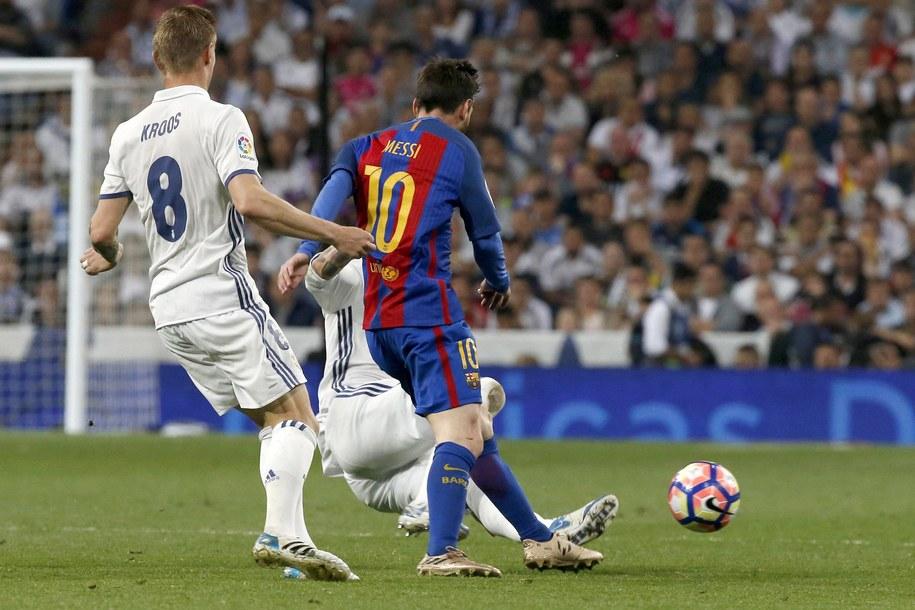 Starcia Realu Madryt i FC Barcelony od zawsze elektryzują kibiców na całym świecie. /KIKO HUESCA /PAP/EPA