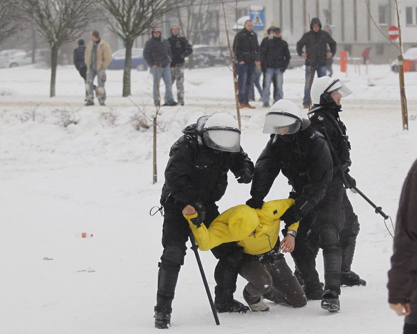 Starcia z policją podczas demonstracji górników przed siedzibą Jastrzębskiej Spółki Węglowej /Andrzej Grygiel /PAP