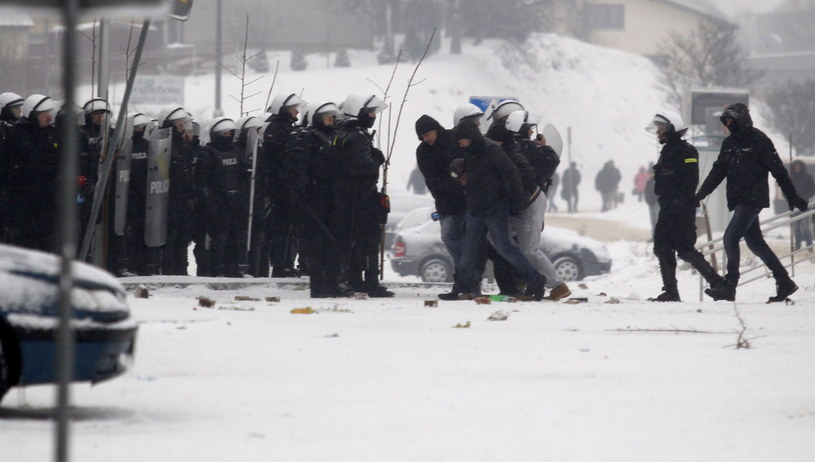 Starcia z policją, podczas demonstracji górników przed siedzibą Jastrzębskiej Spółki Węglowej /Andrzej Grygiel /PAP