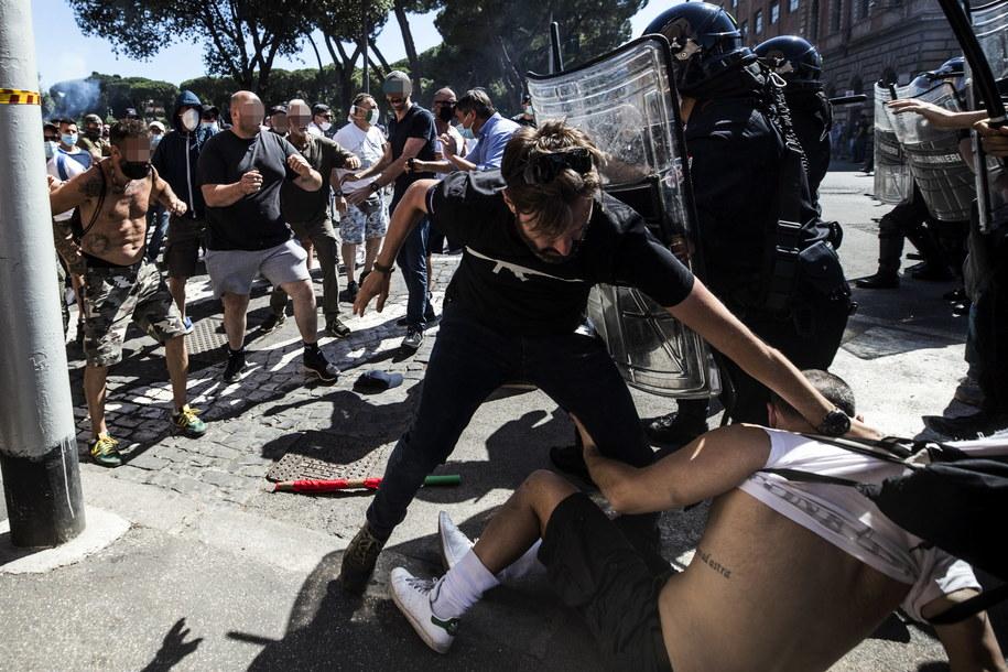 Starcia z policją podczas wiecu neofaszystów w Rzymie /ANGELO CARCONI /PAP/EPA