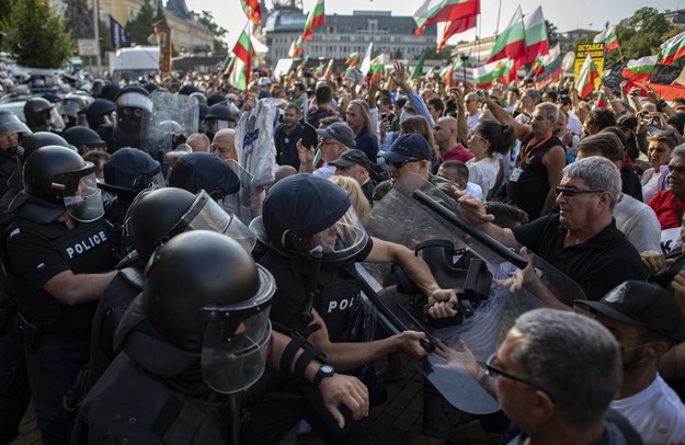 Starcia żandarmerii z demonstrantami podczas protestu antyrządowego przed budynkiem parlamentu w Sofii, stolicy Bułgarii /VASSIL DONEV /PAP/EPA
