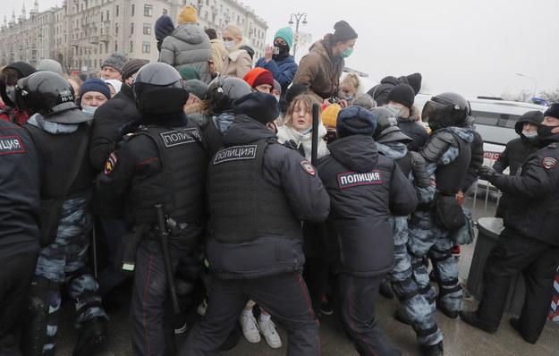 Starcie uczestników protestu w Moskwie z funkcjonariuszami sił bezpieczeństwa /MAXIM SHIPENKOV    /PAP/EPA