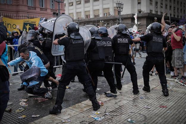 Starcie z policją tuż przed otwarciem drzwi Casa Rosada, gdzie wystawiona jest trumna z ciałem Maradony /Juan Ignacio Roncoroni / POOL /PAP/EPA