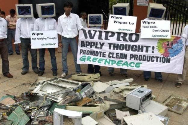 Stare komputery to tykająca bomba - wiele osób nie zdaje sobie z tego sprawy /AFP