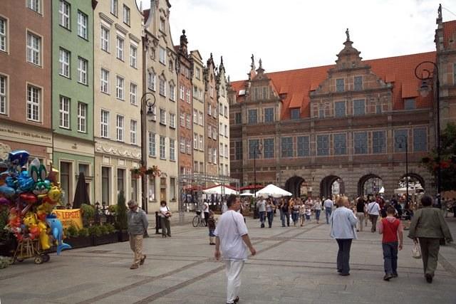 Stare Miasto w Gdańsku - turyści spacerują /Jerzy Ochoński   /PAP
