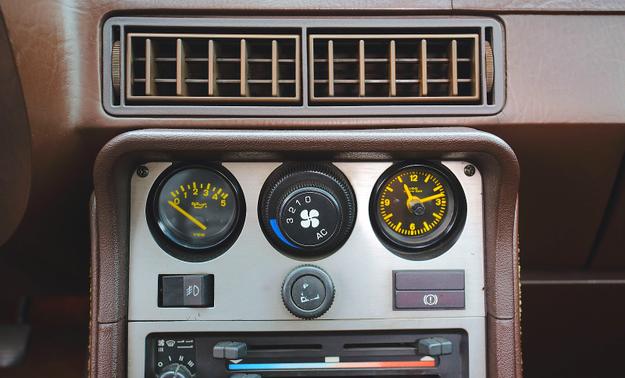 Stare samochody z klimatyzacją to stały problem – nie sprzedaje się już czynnika, który służy do jej napełniania. Wskaźnik po lewej pokazuje ciśnienie oleju. /Motor