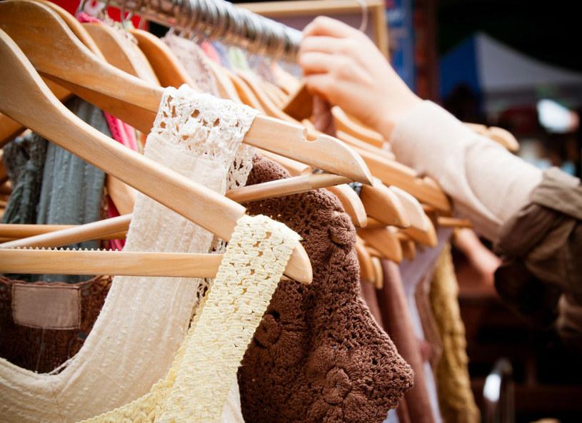 Stare ubrania możesz przerobić na biżuterię /123RF/PICSEL