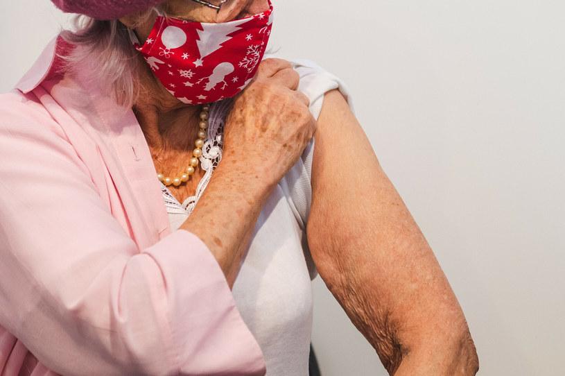 Starsza kobieta przed szczepieniem, zdjęcie ilustracyjne /Karol Makurat /Reporter