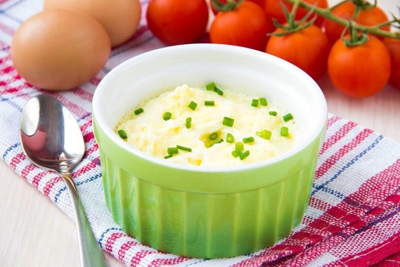 Starszakowi możemy do jajecznicy dodać drobno posiekany szczypiorek, albo pietruszkę /123RF/PICSEL