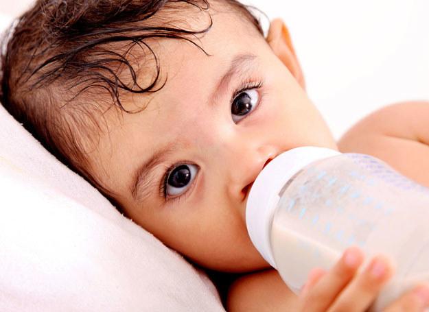 Starsze niemowlę karmione piersią także powinno dostawać mleko na żądanie /- /123RF/PICSEL