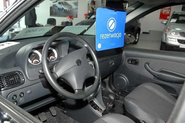 Starsze osoby wolą kupić samochód mniejszy i gorzej wyposażony, ale nowy /Jan Bielecki /East News
