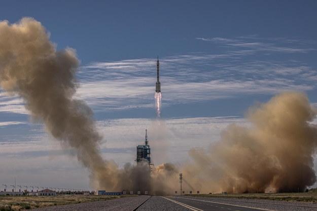 Start rakiety Chang Zheng 2F: Długi Marsz 2F, niosącej statek kosmiczny Shenzhou z trzema astronautami na pokładzie /ROMAN PILIPEY /PAP/EPA