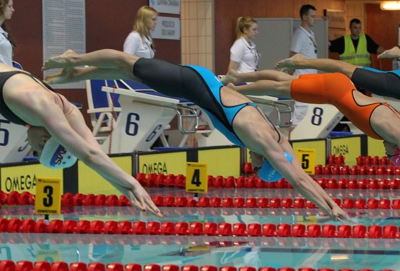 Startuje Aleksandra Urbańczyk (druga z lewej) w wyścigu na dystansie 50 m stylem dowolnym podczas Głównych Mistrzostw Polski w Pływaniu w Olsztynie. /Tomasz Waszczuk /PAP