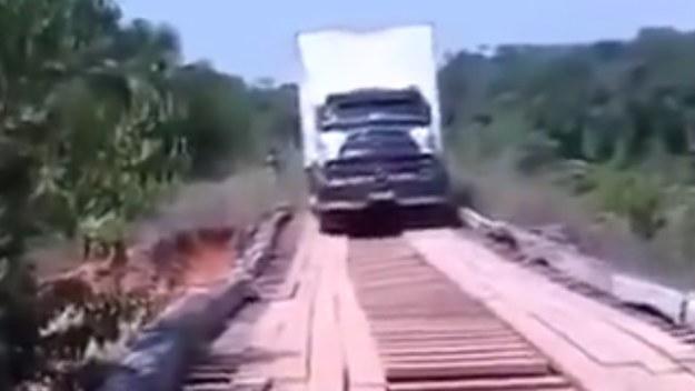 Stary, drewniany most i ciężki tir? To niezbyt dobre połączenie /