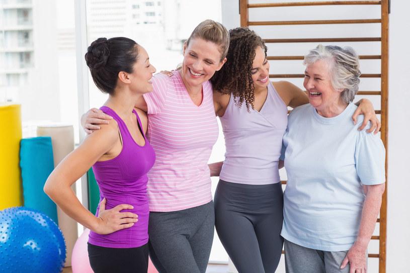 Starzenie społeczne można powstrzymać utrzymując kontakty z osobami w bardzo różnym wieku /123RF/PICSEL
