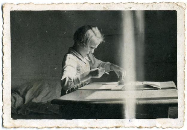 Stasia przy odrabianu lekcji. Zdjęcie wykonane przez jej ojca /Archiwum autora