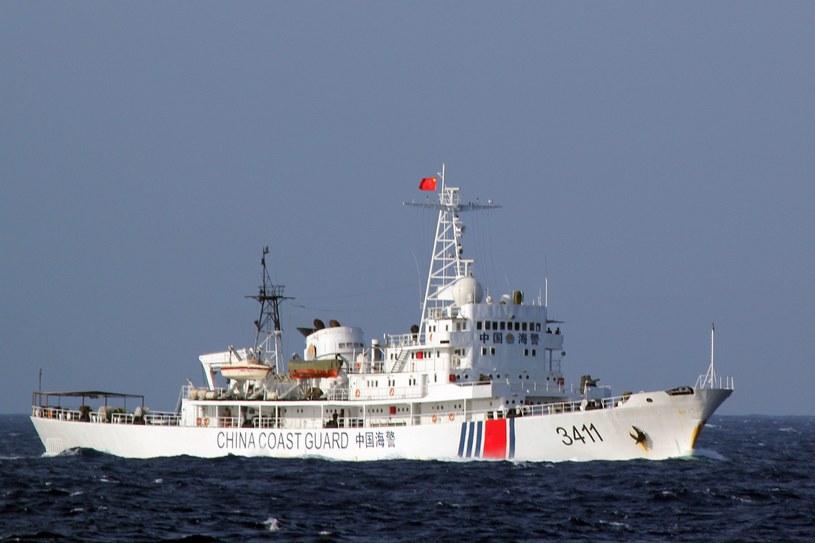Statek chińskiej straży przybrzeżnej w okolicy platformy wiertniczej na Morzu Południowochińskim /STR /PAP/EPA