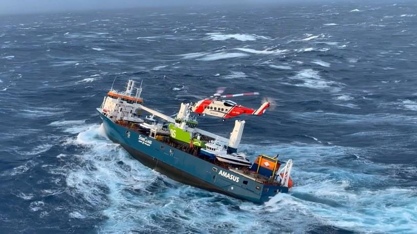 """Statek """"Eemslift Hendrika"""" utknął u wybrzeży Norwegii w poniedziałek /Hovedredningssentralen Sør-Norge /YouTube"""