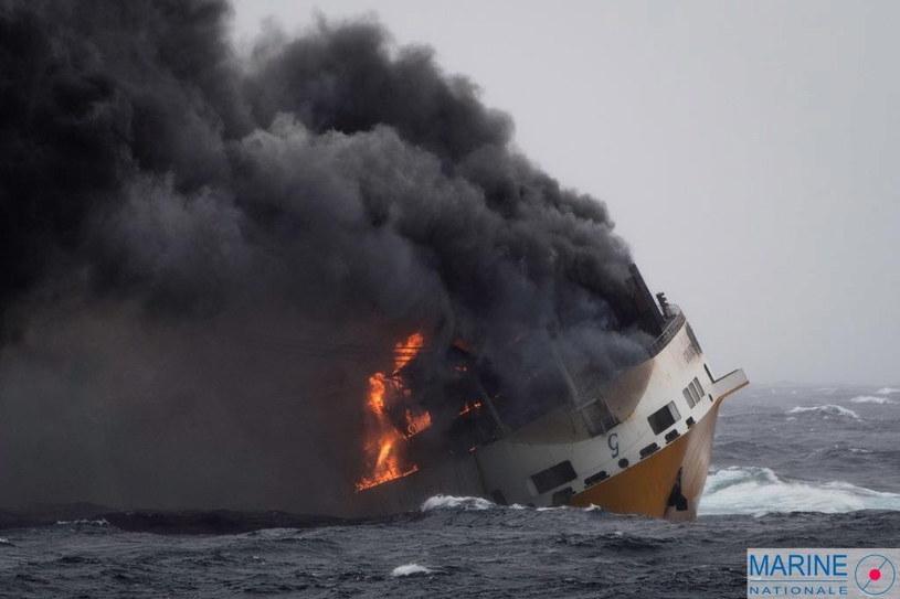"Statek ""Grande America"" u wybrzeży Francji /LOIC BERNARDIN/MARINE NATIONALE  /PAP/EPA"