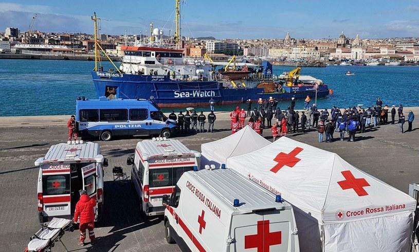 Statek Sea Watch 3 prawie trzy dni czekał w pobliżu jej brzegów na zgodę na zacumowanie, by z pokładu mogli zejść migranci uratowani na Morzu Śródziemnym /Orietta Scardino/ANSA via AP /East News