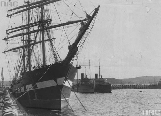 """Statek szkolny """"Lwów"""" podczas postoju przy nabrzeżu w porcie w Gdyni /Z archiwum Narodowego Archiwum Cyfrowego"""