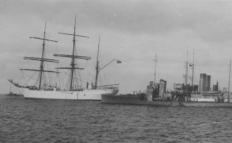"""Statek szkolny """"Lwów"""" w porcie morskim w Gdyni /Z archiwum Narodowego Archiwum Cyfrowego"""