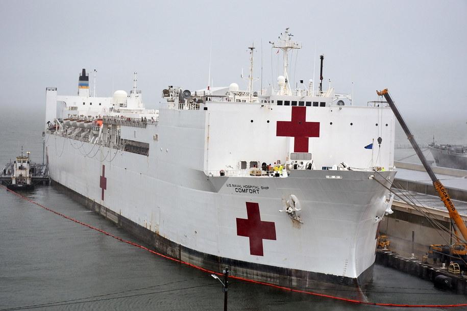 Statek szpital, który przypłynął w poniedziałek do Nowego Jorku /im Kohler / US NAVY HANDOUT HANDOUT /PAP/EPA