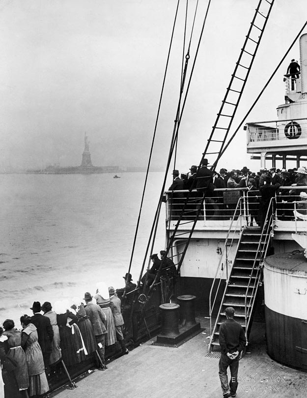 Statek z imigrantami dopływa do Ellis Island, 1915 r. /Getty Images/Flash Press Media