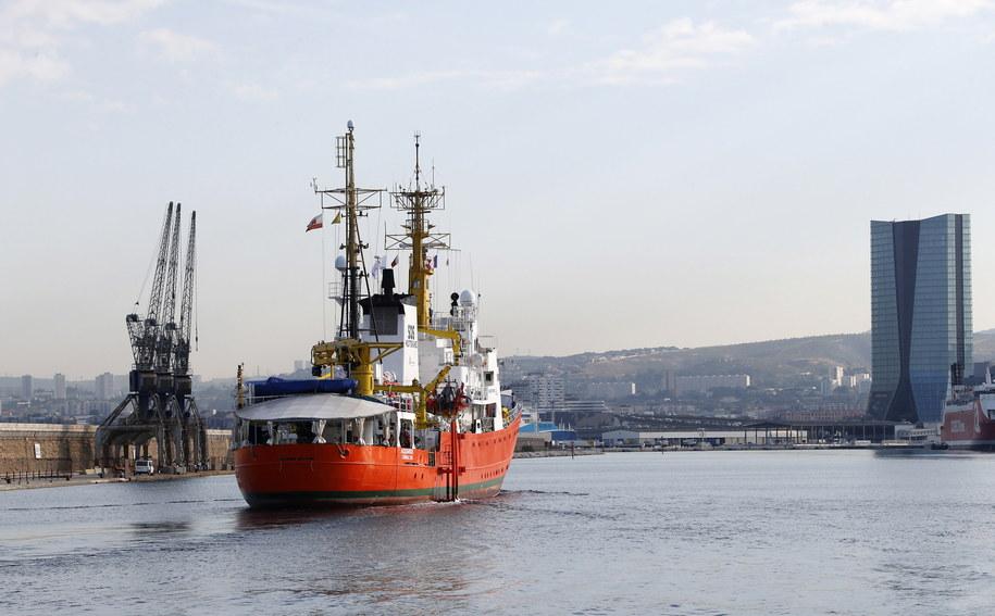 Statek, z którym współpracują organizacje Sos Mediterranee i Lekarze Bez Granic, zabrał na swój pokład migrantów z dwóch łodzi. Zdj. ilustracyjne /GUILLAUME HORCAJUELO  /PAP/EPA