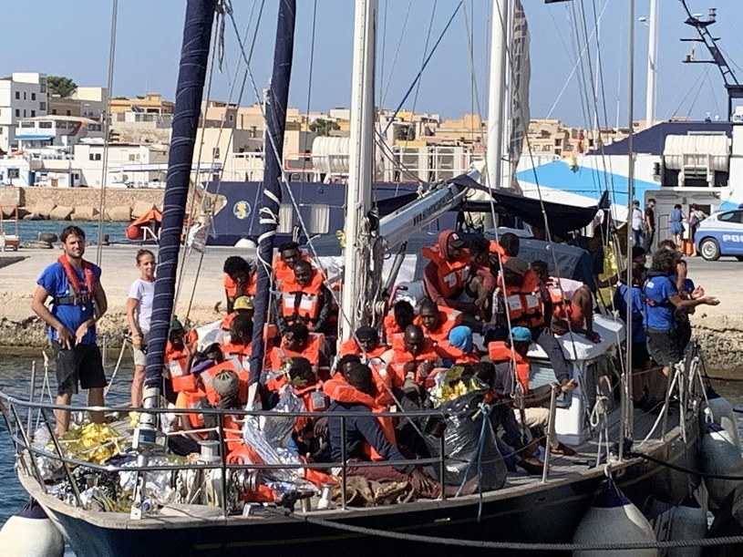Statek z migrantami na Lampedusie /ELIO DESIDERIO /PAP/EPA