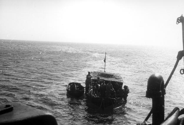 Statki w miejscu katastrofy samolotu, którym leciał generał Władysław Sikorski /Z archiwum Narodowego Archiwum Cyfrowego