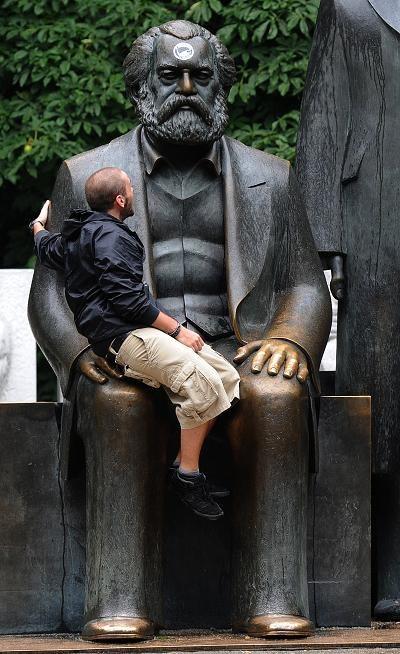 Statua Karola Marksa w Berlinie /AFP