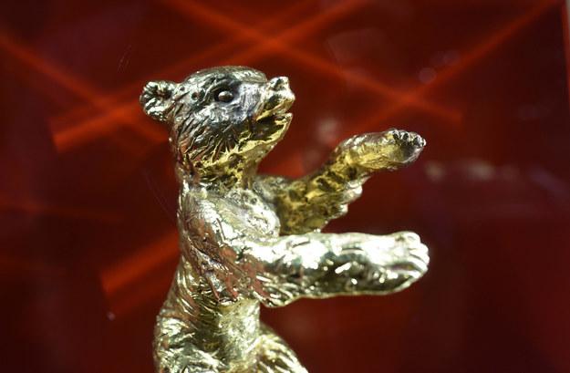 Statuetka Złotego Niedźwiedzia /RALF HIRSCHBERGER    /PAP/EPA