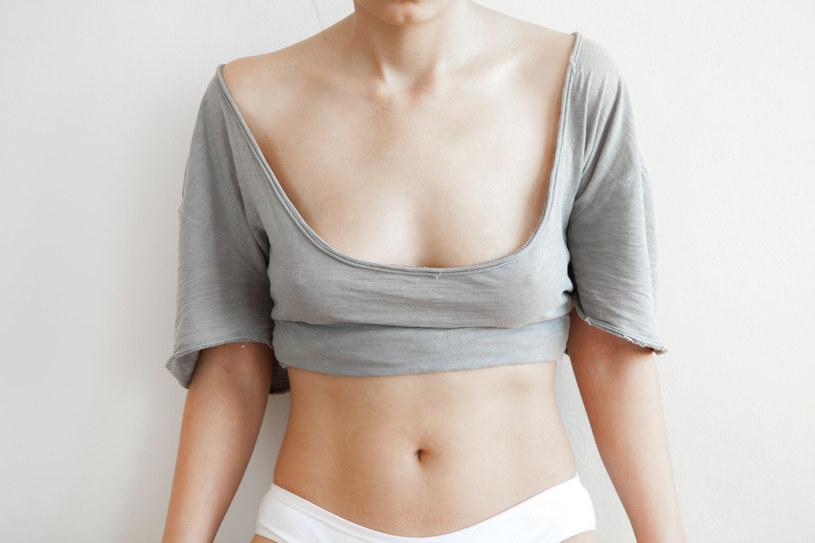 Statystycznie kobiety, które nie lubią swoich piersi, rzadziej je badają. Małe piersi nie są przeszkodą do wykonania mammografii /123RF/PICSEL