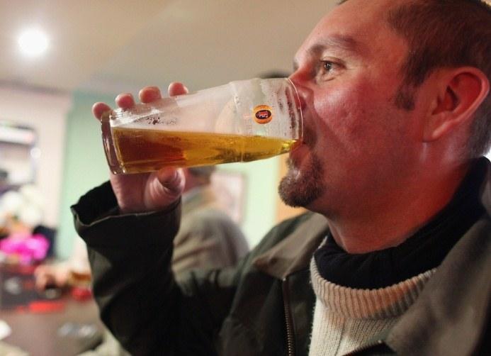 Statystyczny Brytyjczyk spędza w pubie rok swojego życia i wydaje tam 125 tysięcy funtów /Getty Images/Flash Press Media