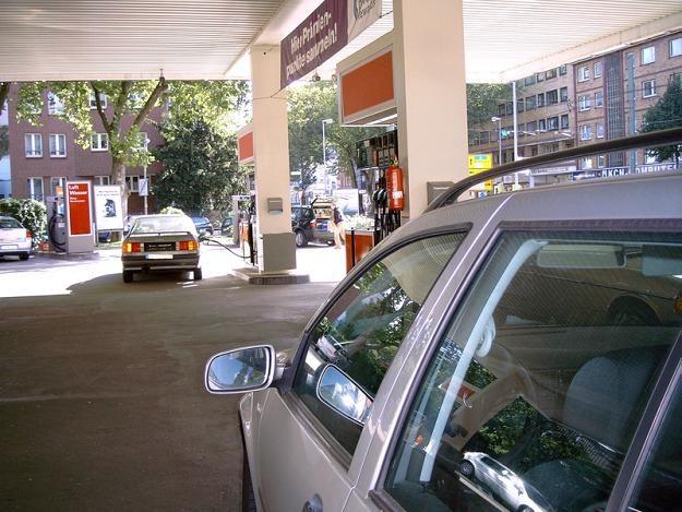 Stawki ponad 5 zł za litr skłoniły wielu kierowców do ograniczenia ilości tankowanego paliwa /© Panthermedia