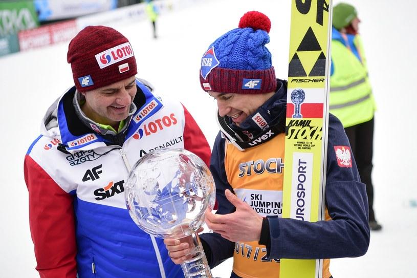 Stefan Horngacher i Kamil Stoch z Kryształową Kulą /AFP