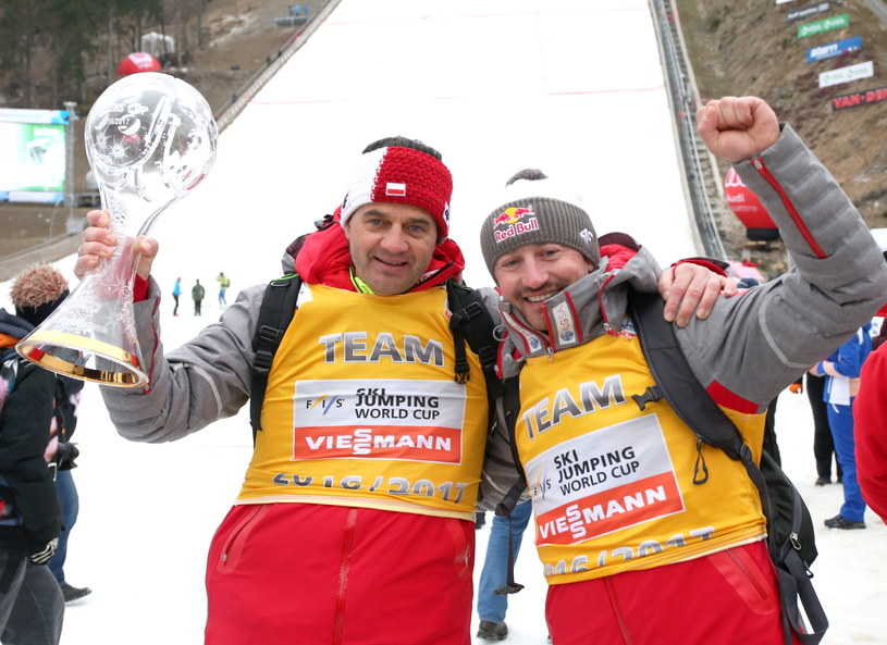 Stefan Horngacher (z lewej) z Pucharem Narodów i Adam Małysz w Planicy /Grzegorz Momot /PAP