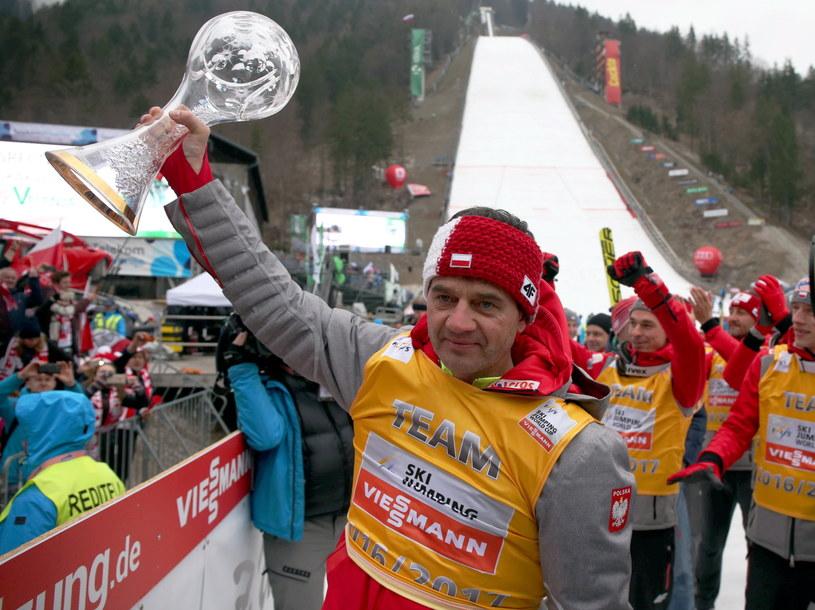 Stefan Horngacher z trofeum za zwycięstwo w klasyfikacji Pucharu Narodów /fot. Grzegorz Momot /PAP