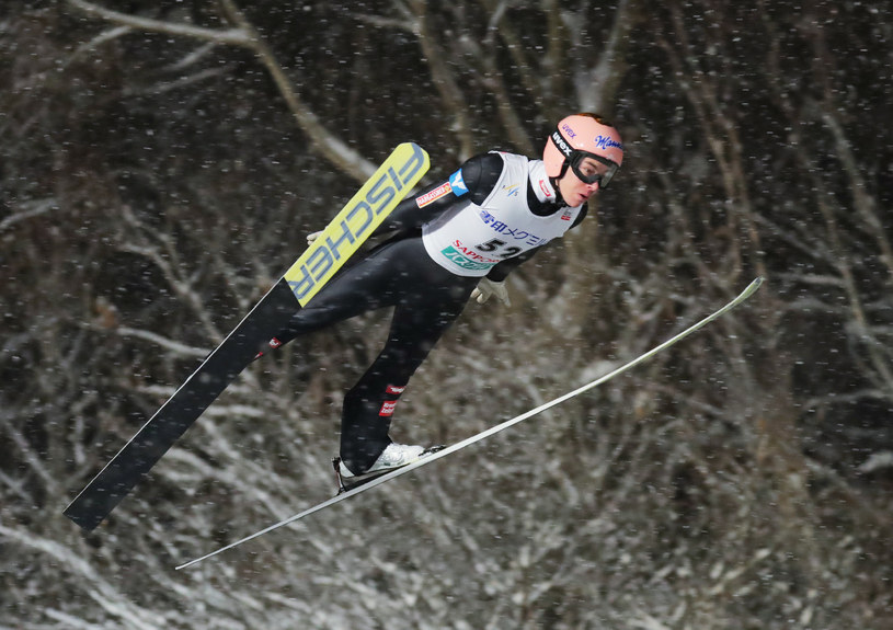 Stefan Kraft w locie po zwycięstwo w niedzielnym konkursie PŚ w Sapporo. /AFP