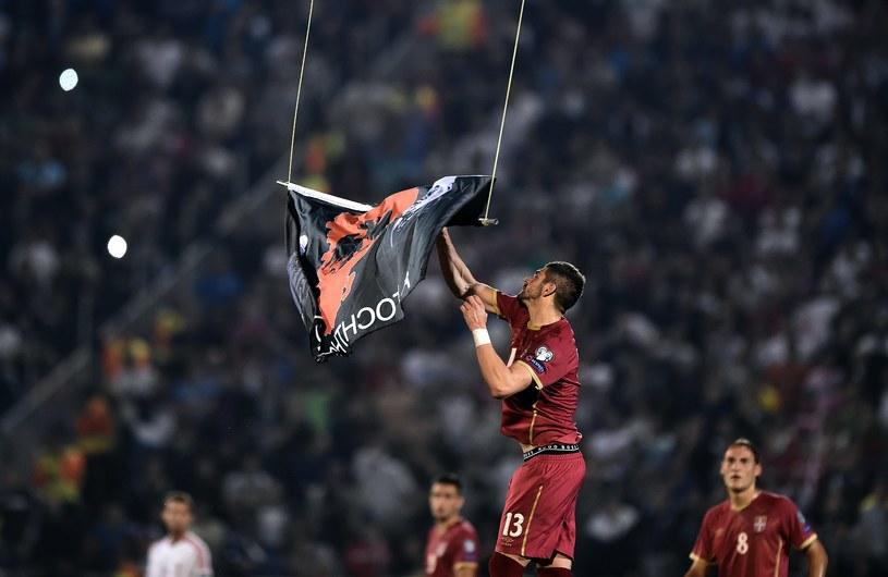 """Stefan Mitrovic z flagą """"Wielkiej Albanii"""" /AFP"""